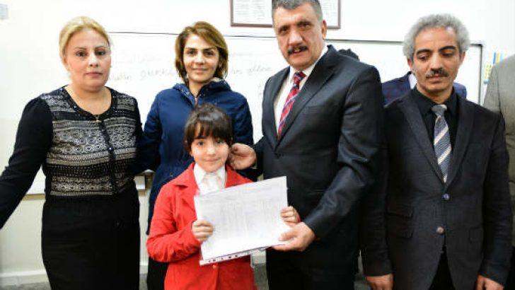 Gürkan, Fatih İlkokulu'nda öğrencilere karnelerini dağıttı.