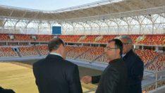 Vali Toprak ,Malatya Stadyumu'nun inşaatında ve çim zemininde incelemelerde bulundu.