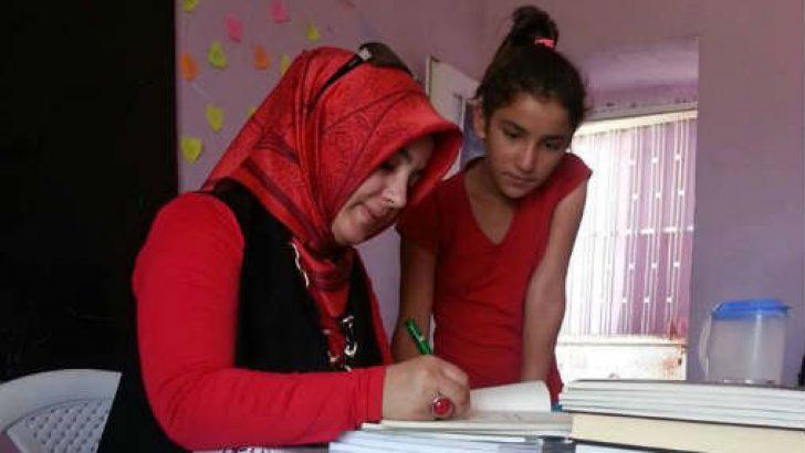 Hızlı okuma kitabının yazarı Ayşegül Taşçı, küçük okurlarına kitaplarını imzaladı.
