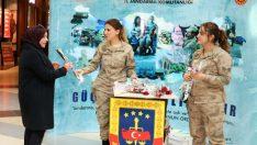Jandarmanın 180. Kuruluş Yıldönümü kapsamında, Malatya Park Avm' de kadınlara gül ve karanfil dağıtım faaliyeti icra edildi.