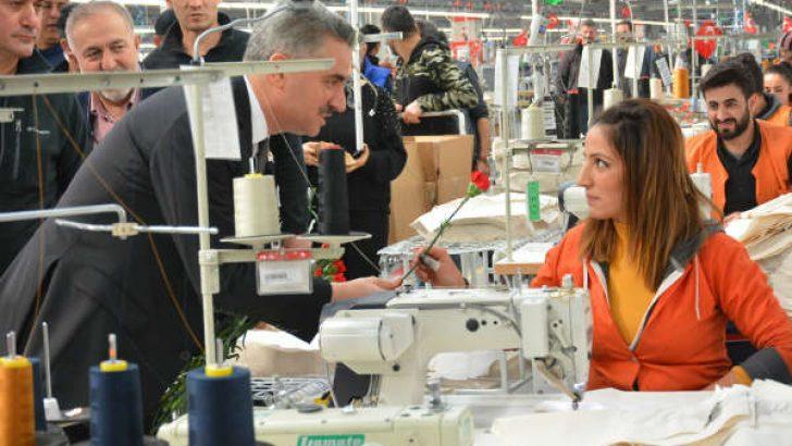 Vali Baruş fabrikada çalışan kadınların Dünya Kadınlar gününü karanfil ve hediye vererek kutladı.