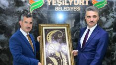 Vali Baruş , Yeşilyurt Belediye Başkanı Mehmet Çınar'a yeni görevinde başarılar diledi