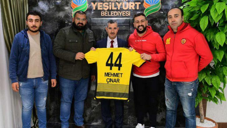 Malatyaspor Derebeyleri 44 numaralı Malatyaspor forması hediye ettiler.