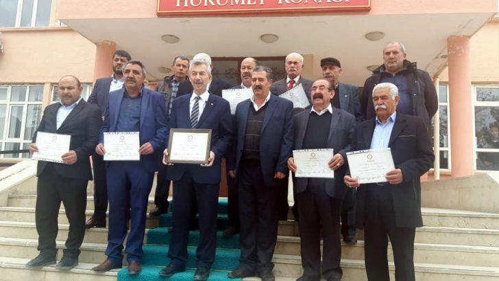 Arapkir Belediye Başkanı Haluk Cömertoğlu mazbatasını aldı.