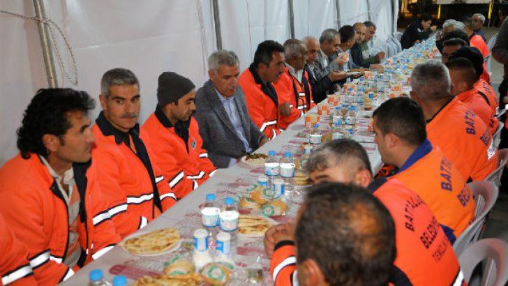 Battalgazi Belediye Başkanı Osman Güder, Temizlik personelleri ile sahurda bir araya geldi.