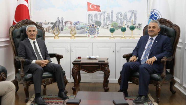 Malatya SMMMO Başkanı Nuh Boyraz ve oda yönetimi, Battalgazi Belediye Başkanı Osman Güder'i ziyaret etti.