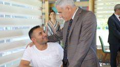 Güder, Millet Kıraathanesi kütüphanesi'nde sınavlara hazırlanan öğrencilerle bir araya geldi.