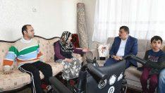 Akülü arabası çalınan malulen emekli polis memuruna Gürkan'dan yardım eli
