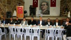 Hekimhan Belediyesi tarafından Tarihi Taşhan'da düzenlenen iftar yemeğine yaklaşık bin vatandaş katıldı.