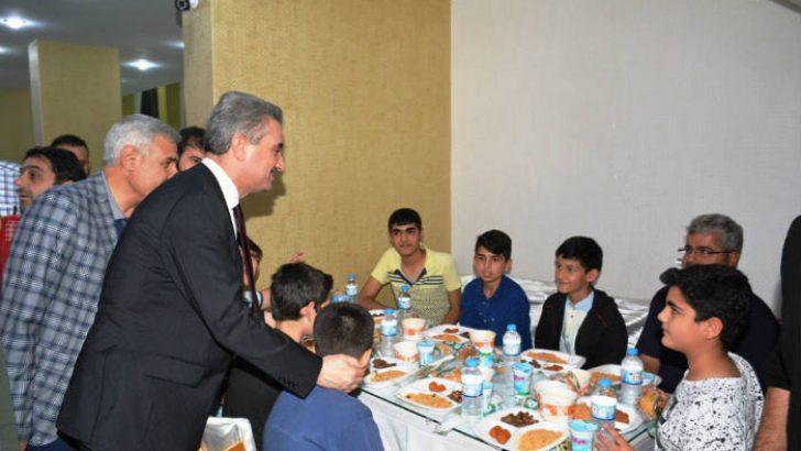 Halkın Valisi Aydın  Baruş, Battalgazi Belediyesi İftar Programında Vatandaşlarla Birlikte İftarını Açtı