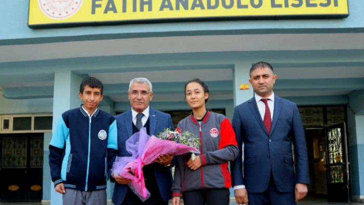 Güder, 'Gençlerle Geleceğe Doğru' projesi kapsamında Fatih Anadolu Lisesi 12.sınıf öğrencileri ile söyleşi yaptı.